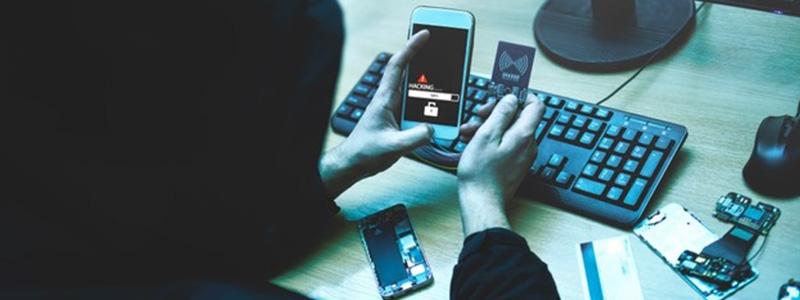 Jak wykryć oprogramowanie szpiegowskie, podsłuch w telefonie komórkowym, smartphonie?